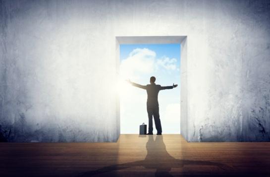 homme-affaires-satisfaction-bras-etendus-liberte-concept_53876-23519